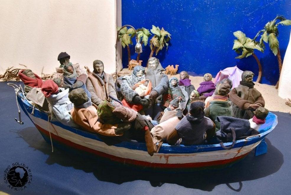 Seregno, l'offesa al presepe nel barcone: la prua girata verso l'Africa