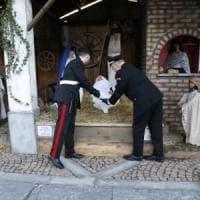 Rubano Gesù bambino dal presepe in piazza, denunciati per furto aggravato due minorenni nel Milanese