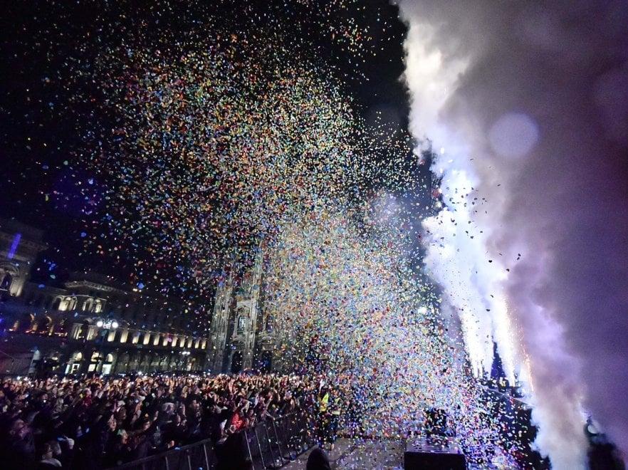 Capodanno a Milano, la grande festa in piazza Duomo: baci e folla al concertone