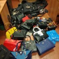Dalle borse ai giubbotti contraffatti, sequestrati 300 articoli in Duomo a Milano