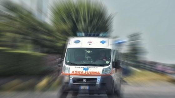 Sondrio, frontale tra auto e pullman delle vacanze con 50 bimbi a bordo: ferito conducente del bus