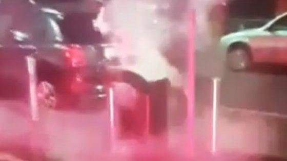 Milano, cestini incendiati e cassonetti buttati in acqua: la conta dei danni fatti dai vandali di Capodanno