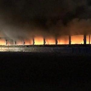 A fuoco un capannone nel Pavese: brucia plastica, allarme nube tossica. Cento evacuati