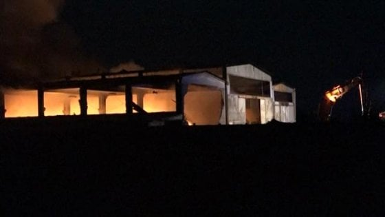 """Incendio nella fabbrica abbandonata del Pavese, aperta indagine. I sindaci: """"Non consumate ortaggi"""""""