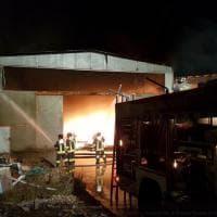 Incendio in un capannone nel Pavese: l'intervento dei vigili del fuoco