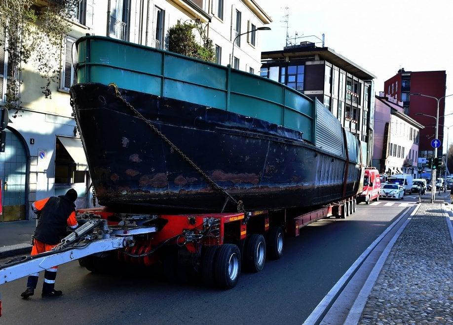 Rimossi i barconi abusivi dal Naviglio: trasporto eccezionale per le vie di Milano