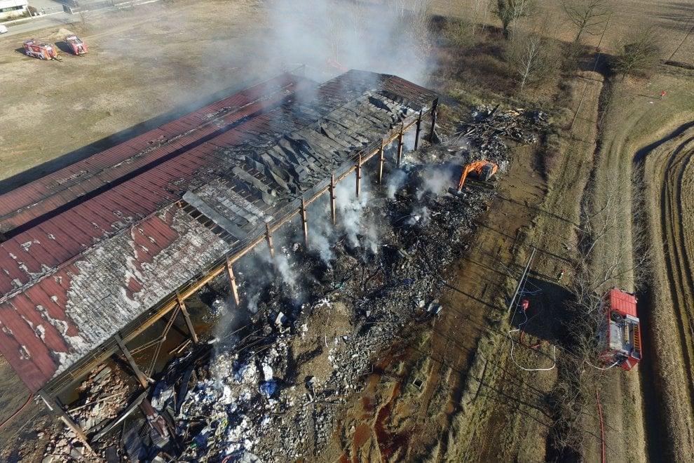 Pavia, rogo nella discarica abusiva: il capannone distrutto nelle immagini dal drone