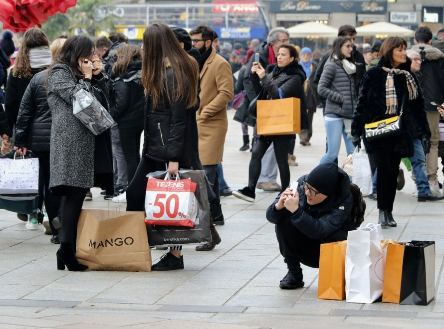 MIlano, parte la corsa ai saldi invernali: folla a caccia di affari dal centro a Citylife