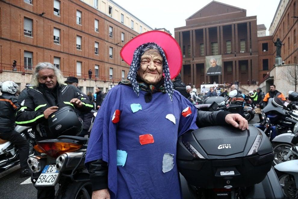 Milano, è arrivata la Befana Benefica: 5mila motociclisti per l'Epifania solidale