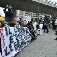 Scuola, 500 insegnanti in corteo: a Milano blocco simbolico del traffico