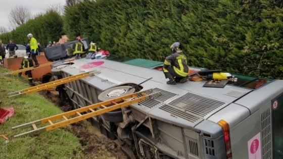 Scuolabus fuori strada: almeno sei feriti