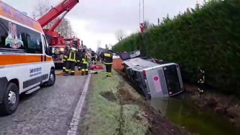 Incidente a Mantova: i pompieri riaddrizzano lo scuolabus