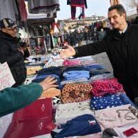 Regionali Lombardia, il candidato Fontana (centrodestra) debutta al mercato: