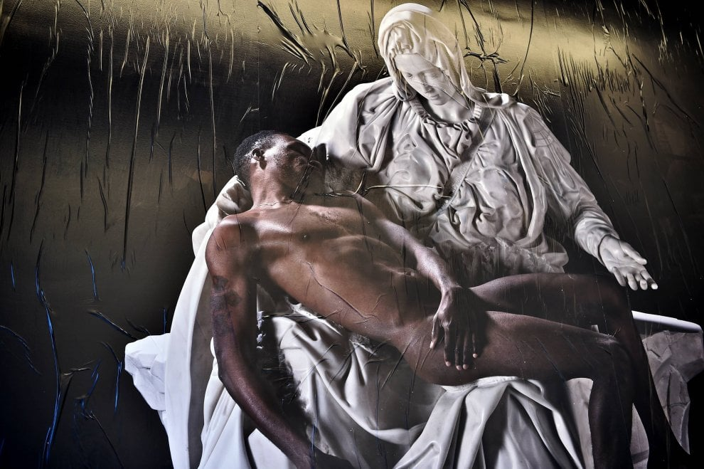 La Pietà di Michelangelo nella versione rivista di Fabio Viale: al posto di Cristo un migrante africano