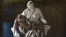 La Pietà di Michelangelo rivista : al posto di Cristo un migrante africano