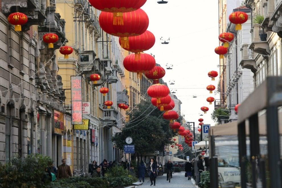 Capodanno cinese, le tradizionali lanterne rosse invadono via Sarpi: inizia l'anno del cane