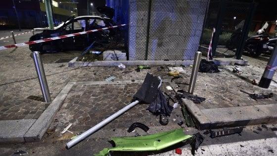 Milano, scontro a un incrocio: muoiono un 18enne e una donna. Guidatore positivo all'alcol test