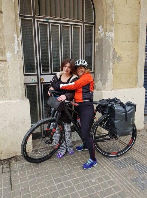 Como-Barcellona in bici per rivedere la figlia: il diario fotografico di mamma Rosalia