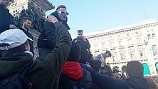Sfera Ebbasta a sorpresa in Duomo: teenagers in delirio per il 'trapper'