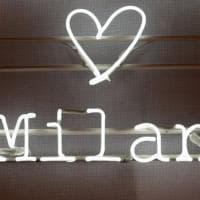 Fotografa le vetrine milanesi e le condivide sui social: