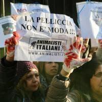 Mani insanguinate e cartelli contro le pellicce: gli animalisti bloccano la sfilata di Marni a Milano