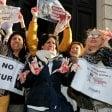 Foto  Mani insanguinate  e cartelli contro le pellicce:  gli animalisti bloccano  la sfilata di Marni a Milano