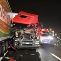 Milano, camionista eroe fa da scudo all'auto ferma in terza corsia: un ferito