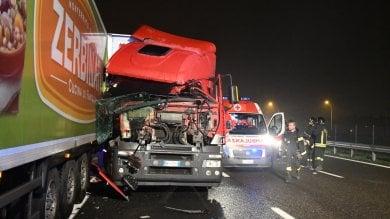 Camionista eroe fa da scudo alla macchina  ferma in terza corsia: grave automobilista