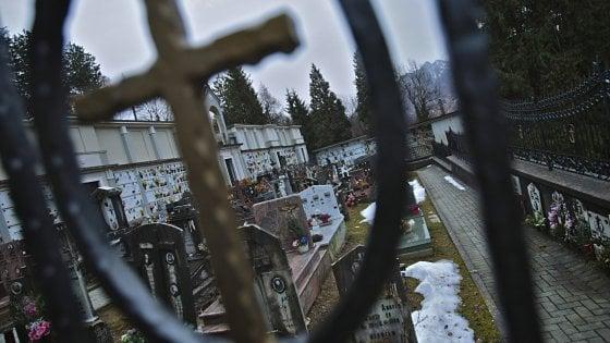 Bergamo, cade in una tomba e muore sul colpo: la vittima è un 74enne