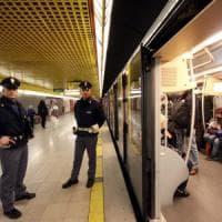 Baby gang, in 40 spaccarono due vagoni del metrò a Milano: polizia ne identifica