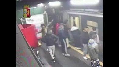 """Vandali in metrò, spaccano porte e arredi Presi in 5, quattro sono minori. La polizia:  """"E in 30 incitavano, come in un branco"""""""