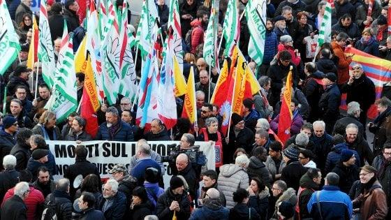 """Incidente alla Lamina, in 2mila al corteo per la sicurezza sul lavoro: """"Basta morti"""""""
