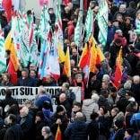 """Incidente Lamina, 2mila lavoratori al corteo  per la sicurezza sul lavoro: """"Mai più morti"""""""