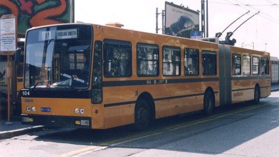 Milano, aggredito da adolescenti sul bus: uomo ferisce a coltellate 17enne