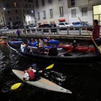 Milano, sfilata di canoe sul Naviglio Pavese per l'happy hour senza i barconi