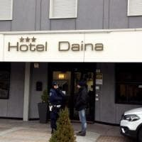 Donna uccisa con un colpo di pistola in un hotel del Bergamasco. L'assassino si è...