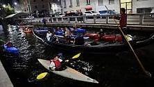 Sfilata di canoe sul Naviglio per l'happy  hour senza i barconi