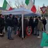 Monza, scontri al banchetto  di CasaPound per la raccolta  firme per le elezioni