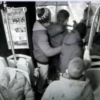 Scambio di insulti sul bus con 5 adolescenti, 56enne ne accoltella uno