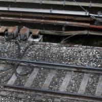 Monza, tenta di salire sul treno dal finestrino ma cade: un convoglio lo