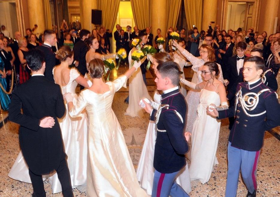 Milano, il ballo delle debuttanti e dei cadetti della scuola Teulié