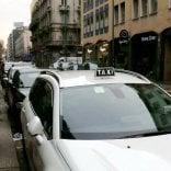 Tassista abusivo arrestato per violenza sessuale su due giovani passeggere a Milano