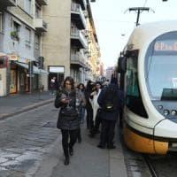 Milano, preso a sprangate in testa mentre aspetta il tram: è grave. Arrestato l'aggressore