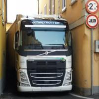 Lecco, il navigatore si prende gioco del camionista: la strettoia è una sfida impossibile