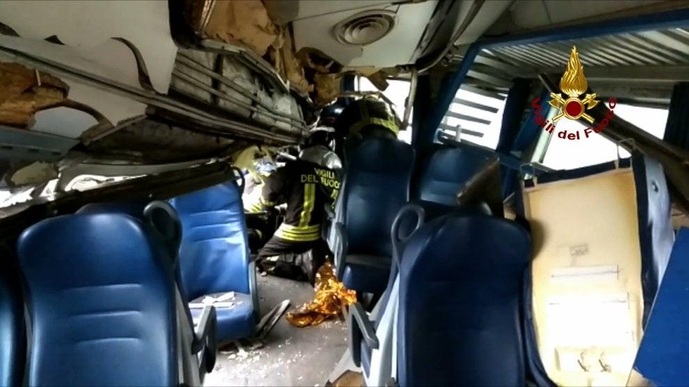 Milano, treno deraglia nei pressi di Pioltello: le immagini all'interno di un vagone