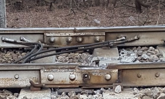 """Pioltello, deraglia il treno dei pendolari: morte 3 donne e 46 feriti. """"Rotaia ha ceduto, stava per essere sostituita"""""""