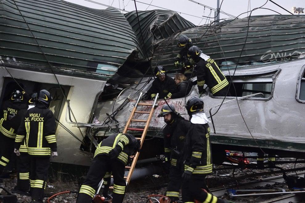 Milano, treno deraglia tra Pioltello e Segrate: il fotoracconto