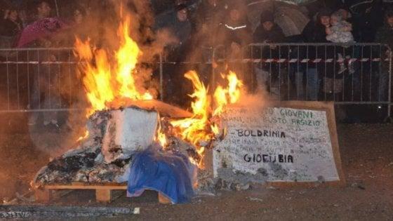 Lega, giovani padani danno fuoco al fantoccio della Boldrini