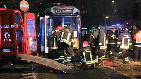 Milano, finisce sotto il tram mentre attraversa: 19enne incastrata per un'ora, è grave