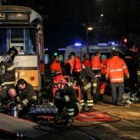 Milano, 19enne finisce sotto un tram: il lavoro dei soccorritori per liberarla
